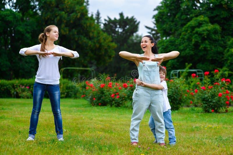 Портрет счастливой семьи делая медицинский осмотр и спорт стоковое фото rf