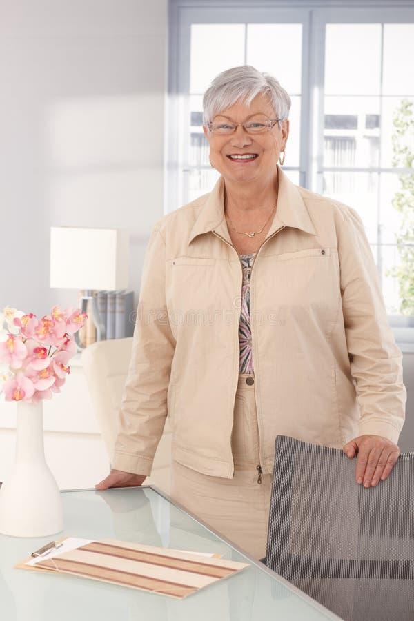 Портрет счастливой усмехаясь зрелой женщины стоковые изображения