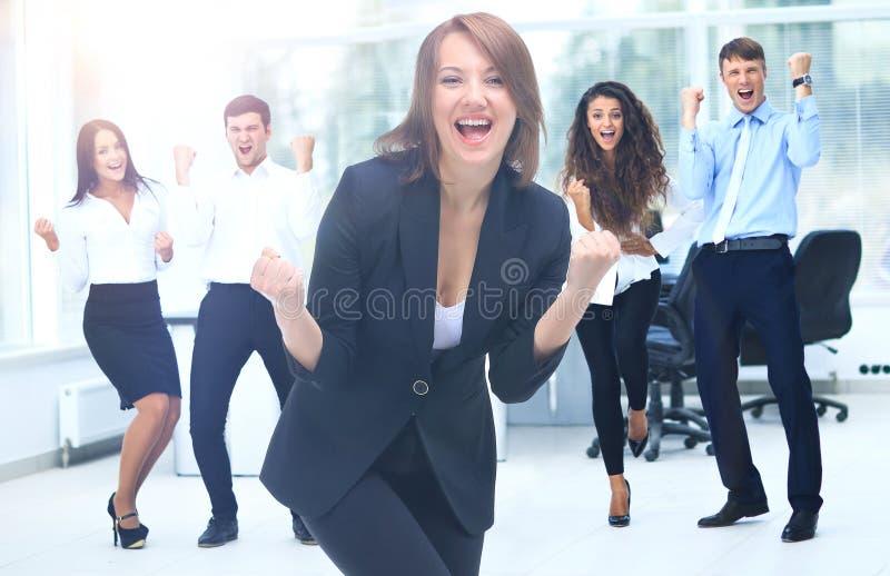 Download Портрет счастливой успешной бизнес-группы на офисе Стоковое Фото - изображение насчитывающей радостно, работник: 81809054