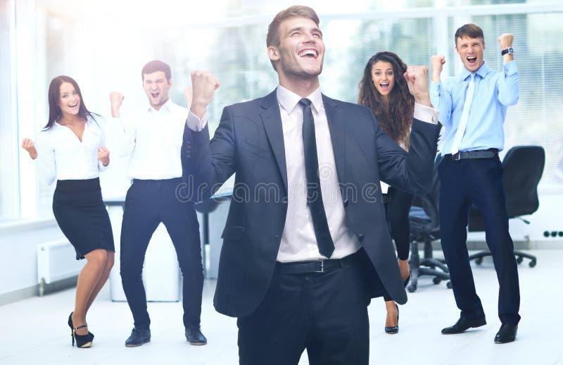 Download Портрет счастливой успешной бизнес-группы на офисе Стоковое Фото - изображение насчитывающей laughing, выражать: 81809058