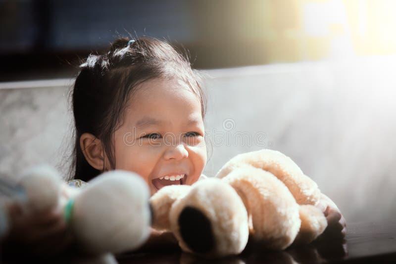 Портрет счастливый милый азиатский смеяться над маленькой девочки стоковые изображения rf