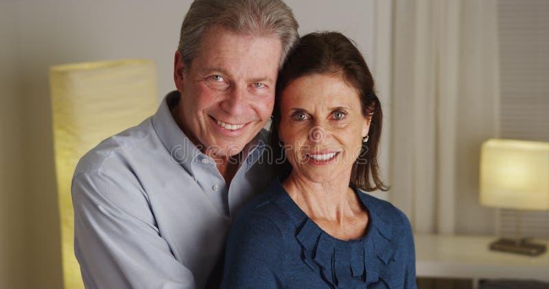 Портрет счастливый старший усмехаться пар стоковое фото