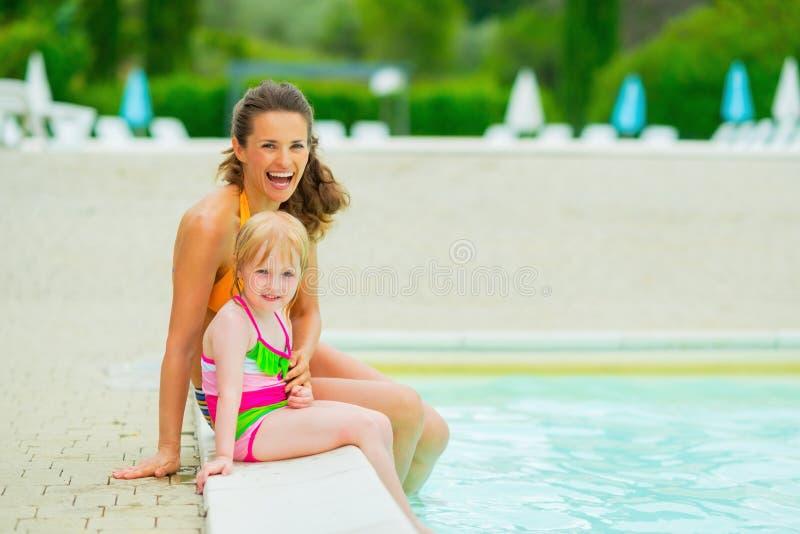 Портрет счастливых матери и ребёнка около бассейна стоковые изображения