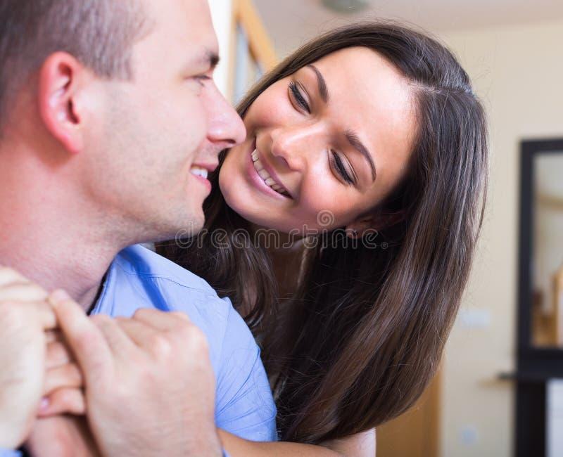 Портрет счастливых молодых супругов дома стоковые изображения