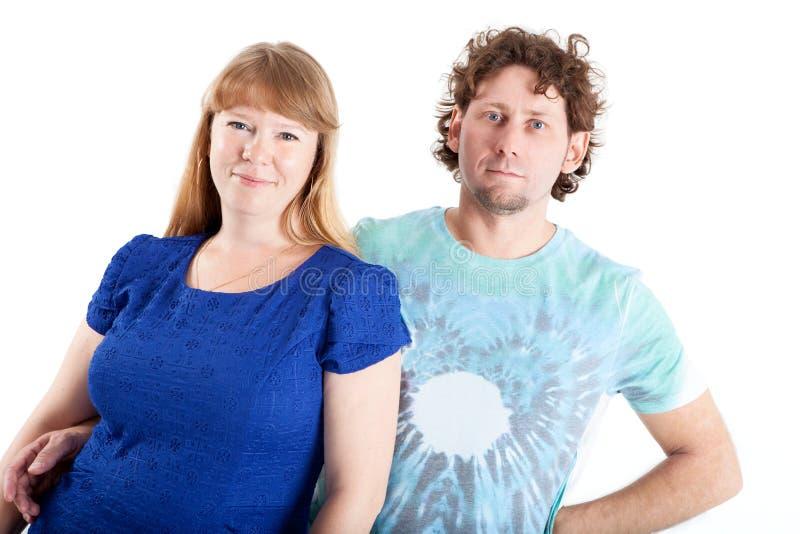 Портрет счастливых пар обнимая и смотря камеру, изолированную белую предпосылку стоковые изображения