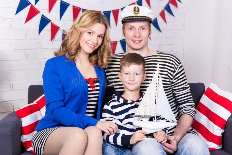 Портрет счастливых родителей и маленького сына в матросах равномерных стоковое изображение rf