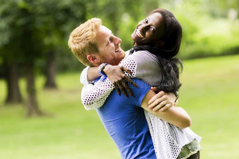 Портрет счастливых танцев и обнимать пар в природе внешней стоковые изображения