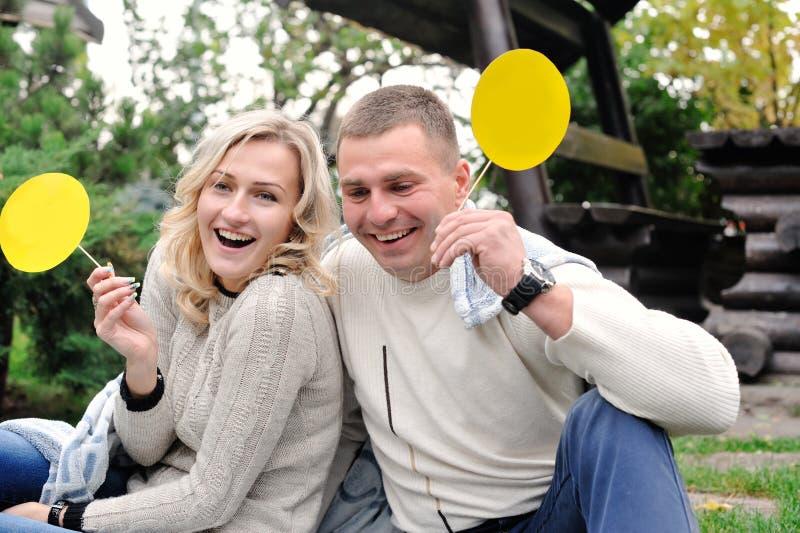 Портрет счастливых людей и женщин с знаками для вашего текста стоковое фото rf