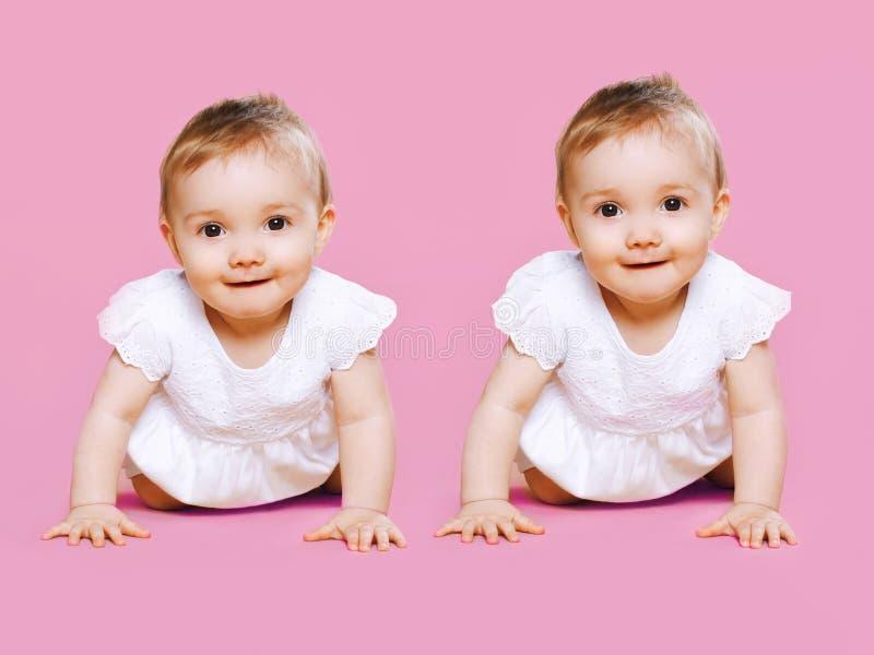 Портрет 2 сладостных ползаний младенца близнецов стоковая фотография