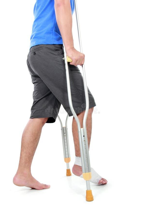 Download Портрет сломленной ноги используя костыль Стоковое Фото - изображение насчитывающей медицинско, инвалидность: 37929010
