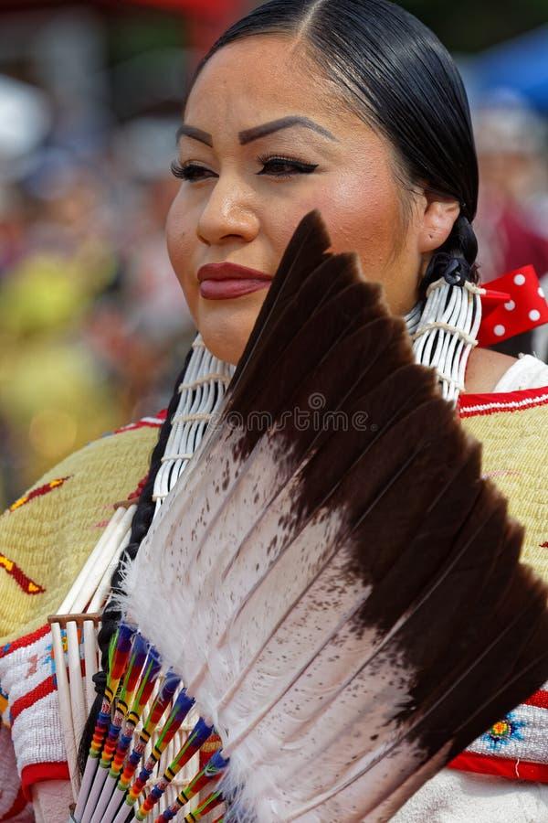 Портрет танцора женщины 49th ежегодного объединенного вау плена племен стоковые изображения rf