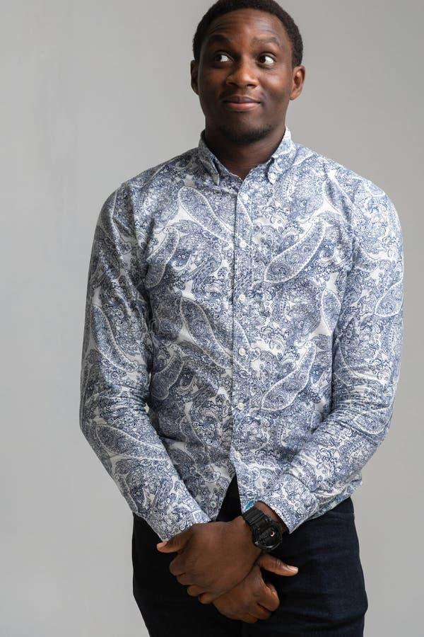 Портрет темнокожего молодого человека свертывая его вверх изолированные глаза на белой предпосылке стоковое фото