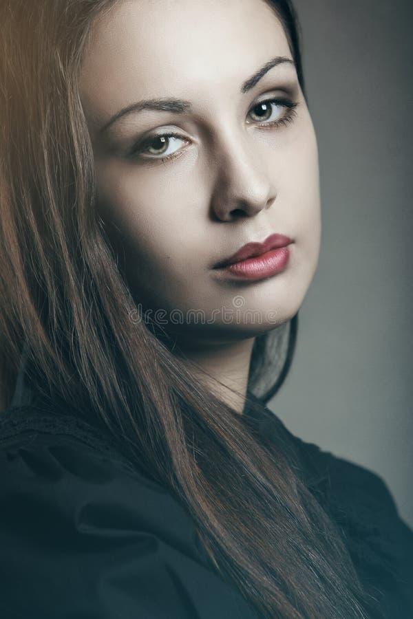 Портрет темных цветов красивой женщины стоковая фотография rf