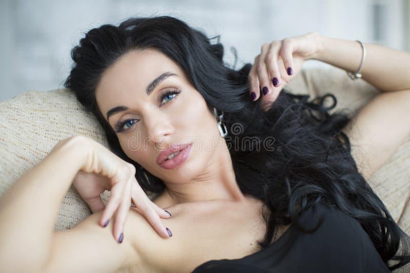 Портрет тенденции красоты моды красивой девушки брюнет с длинным и сияющим вьющиеся волосы младенец смотрел на модельную женщину стоковые изображения