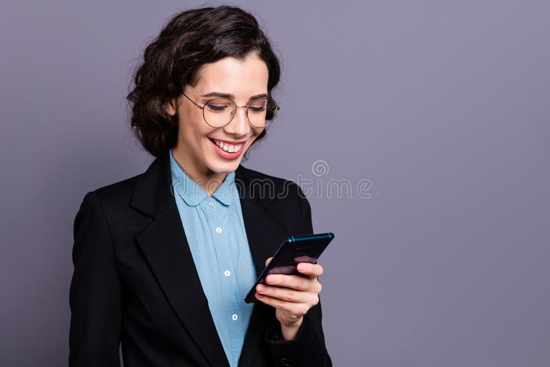 Портрет технологии славной привлекательной тысячелетней руки владением блейзера черноты hairdo воротника волнистой курчавой совре стоковое фото
