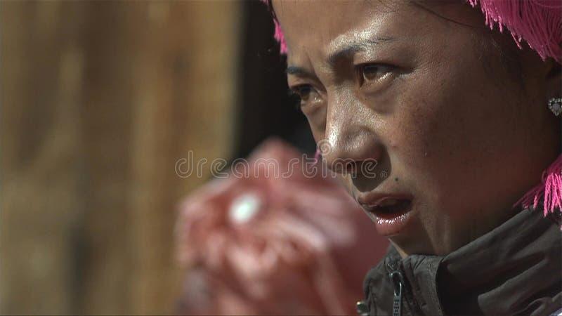 Портрет тибетской женщины смотрит стресс среди людей в деревне Jidi, зону в Shangri-Ла yunnan Китай стоковое изображение rf
