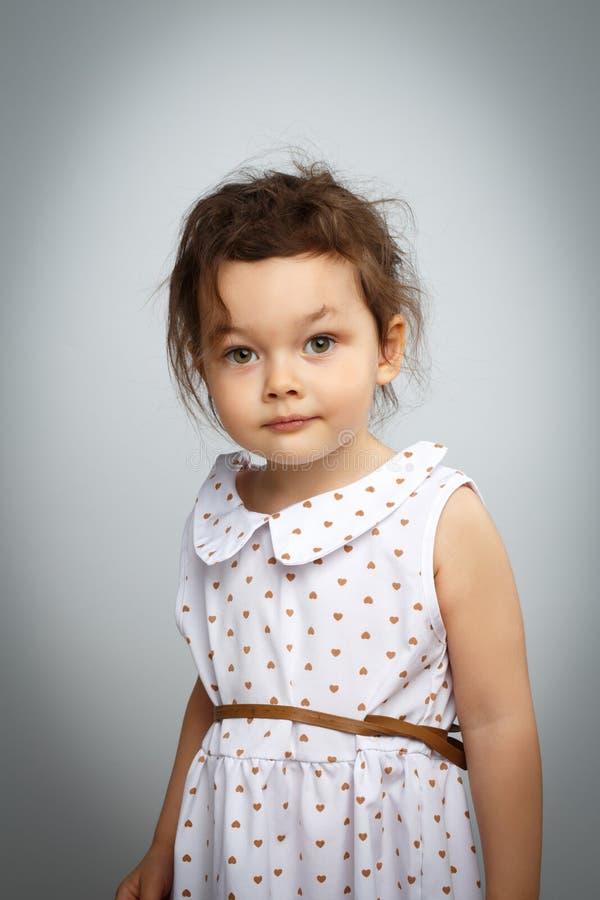 Портрет 3-ти летней маленькой девочки на белой предпосылке стоковая фотография rf