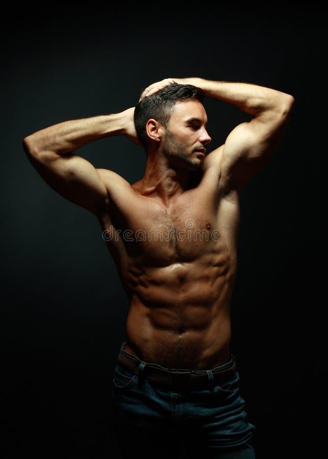 Портрет топлесс атлетического человека стоковая фотография rf