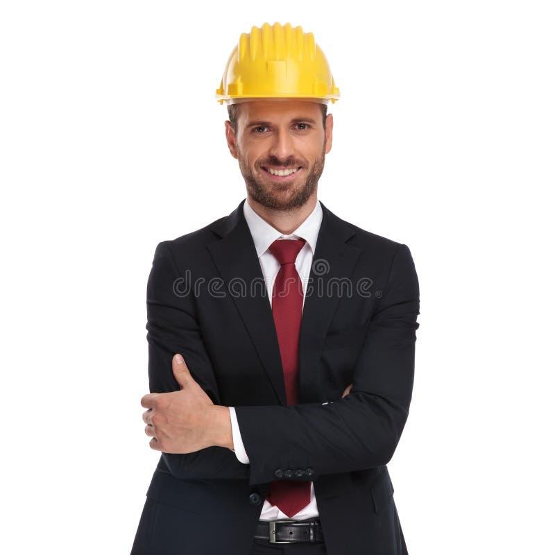 Портрет уверенного менеджера с желтым шлемом защиты stan стоковое изображение