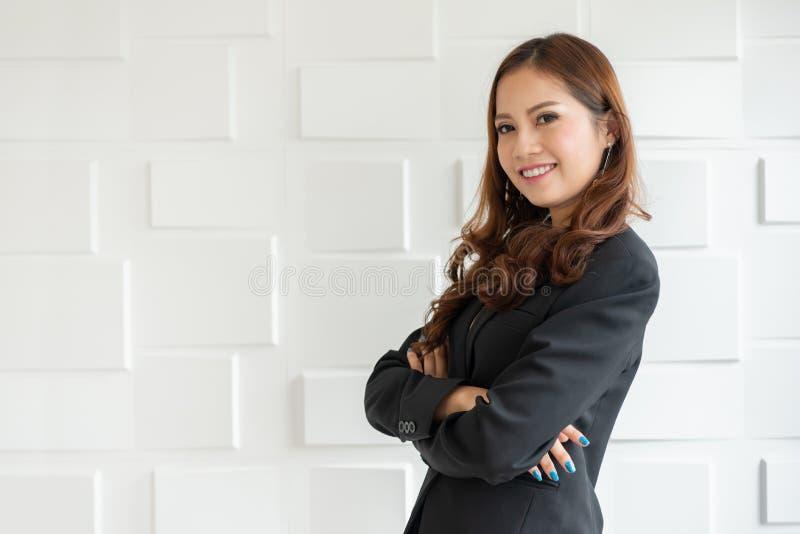 Портрет уверенно азиатской бизнес-леди стоя над белизной стоковое изображение rf