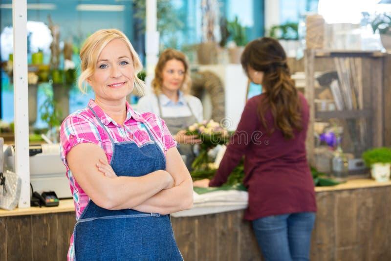 Портрет уверенно женского флориста в магазине стоковое изображение rf