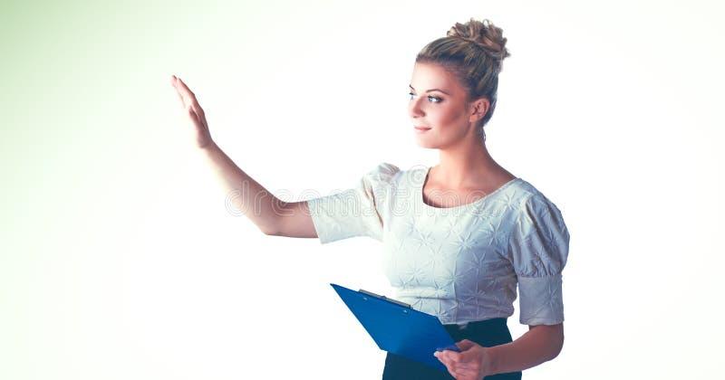 Портрет уверенно положения молодой женщины изолированный на белой предпосылке стоковая фотография rf
