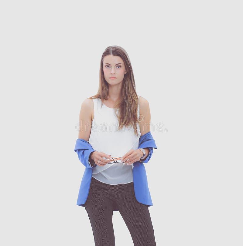 Портрет уверенно положения молодой женщины изолированный на белой предпосылке стоковое изображение