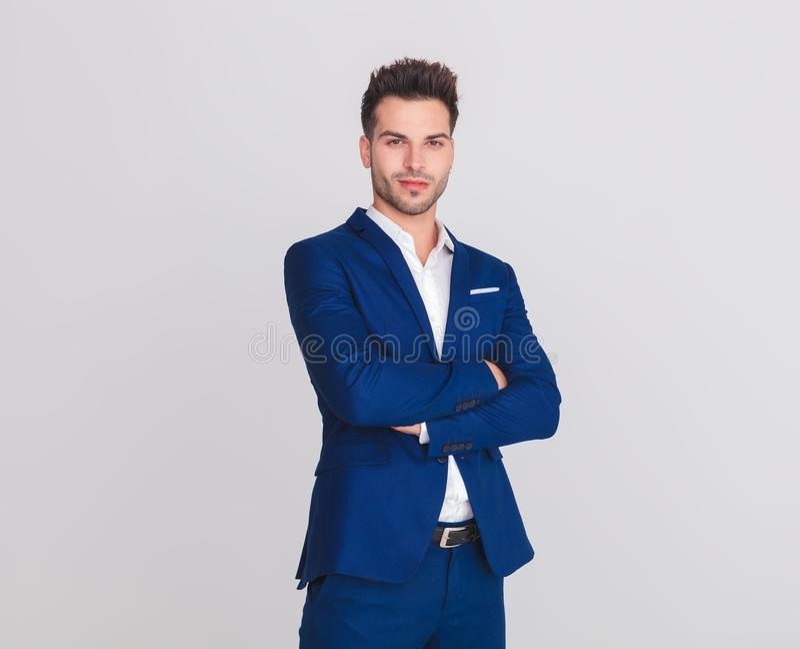 Портрет уверенно умного вскользь человека в голубой усмехаться костюма стоковое изображение rf