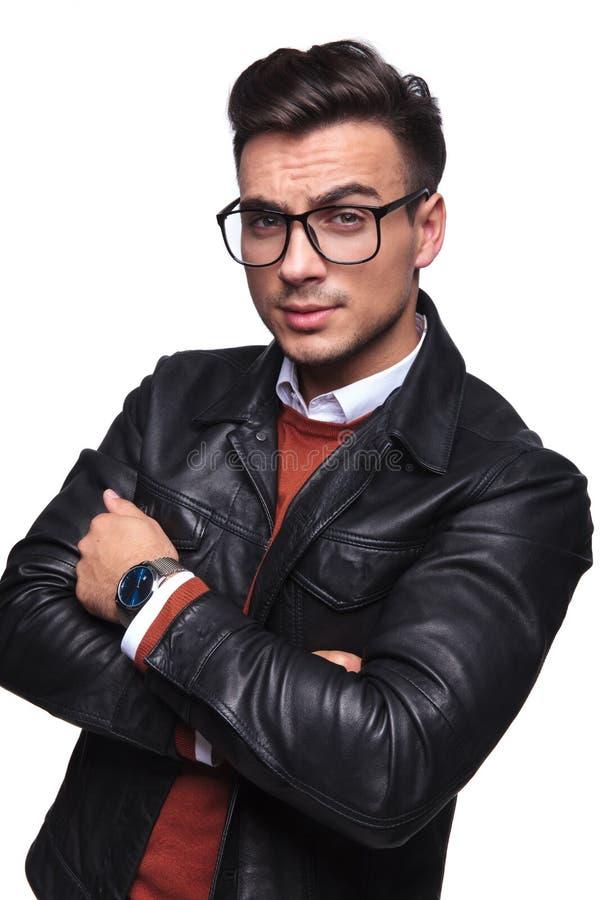 Портрет уверенно умного человека в кожаной куртке стоковые фото