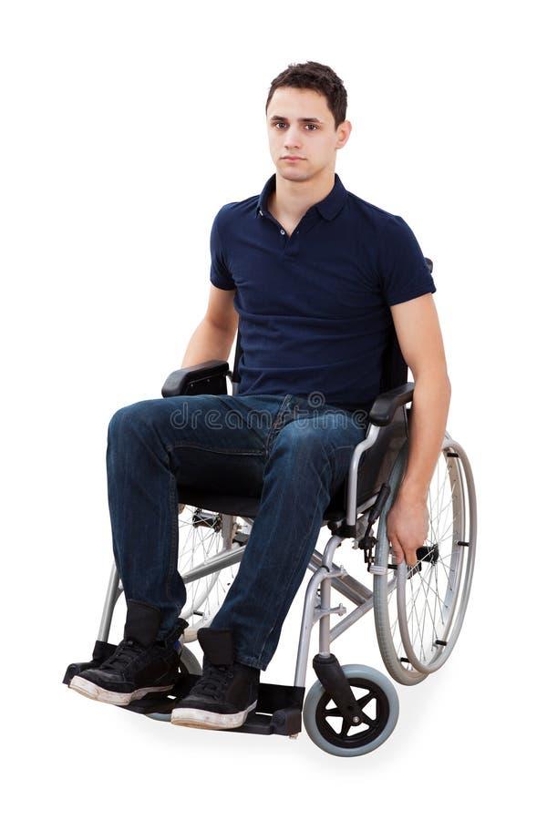 Портрет уверенно человека сидя в кресло-коляске стоковое фото rf