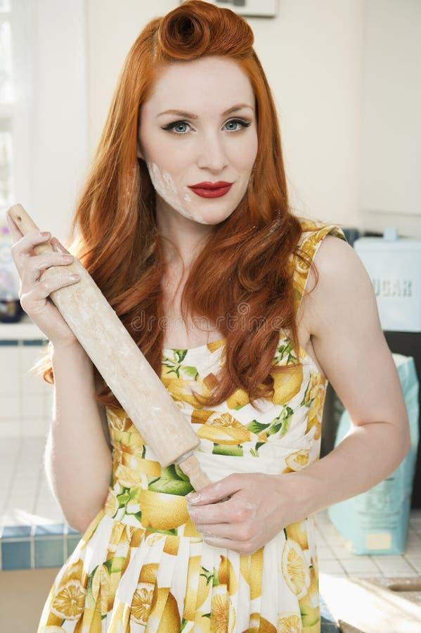 Портрет уверенно redheaded женщины держа вращающую ось стоковые фото