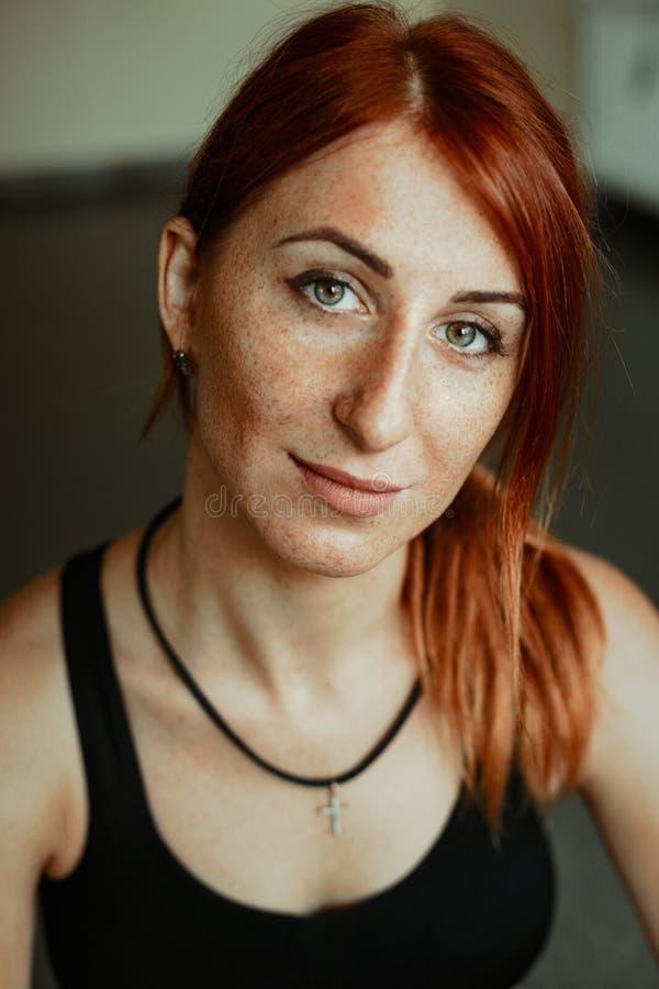 Портрет уверенно sportive молодой женщины стоковая фотография