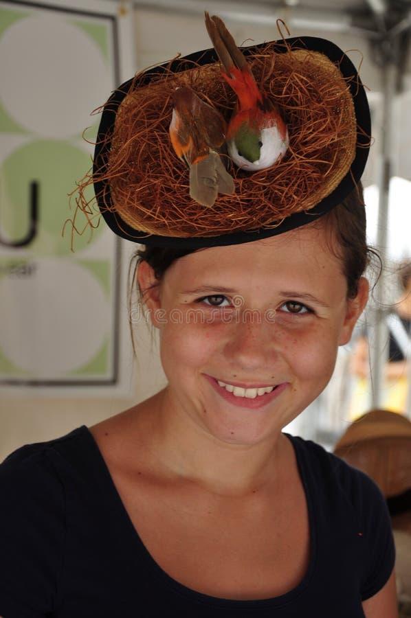 Портрет улицы девушки в шляпе сформировал как гнездо ` птиц стоковые фото