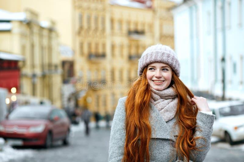 Портрет улицы жизнерадостной модели redhead с длинный носить волос стоковое фото rf