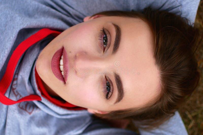 Портрет улицы красивой девушки Очень славная молодая женщина стоковое изображение