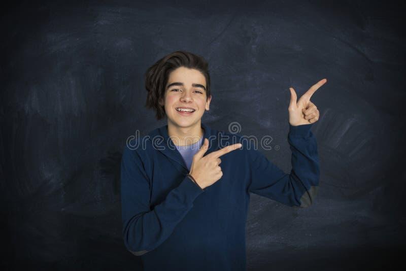 Портрет улыбающегося подростка стоковые изображения