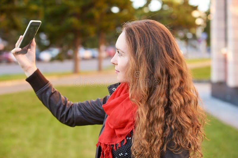 Портрет улыбки молодой женщины Собственная личность делает фото стоковая фотография rf