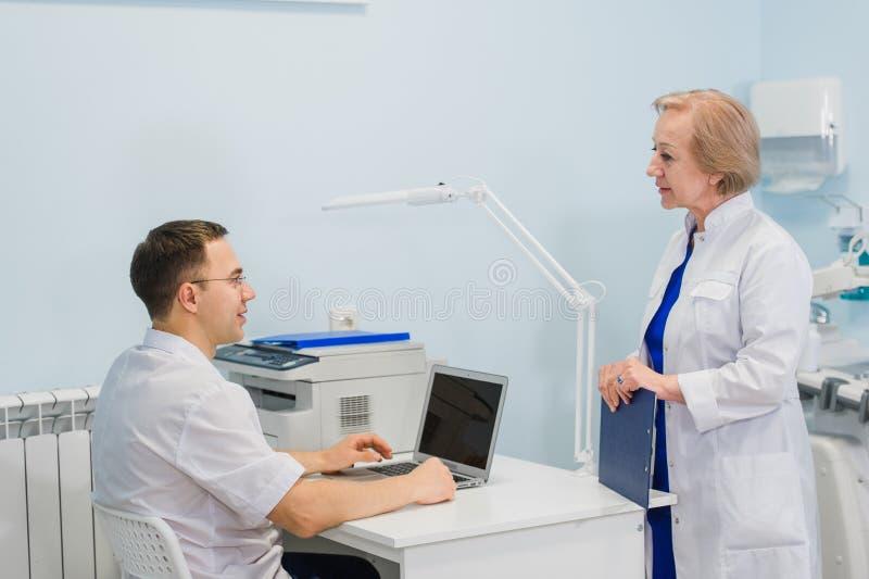 Портрет умные молодые доктора работает в больнице стоковые изображения rf