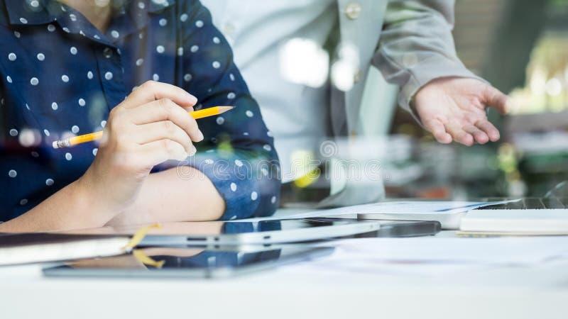 Портрет умных бизнесменов обсуждая проект в компьтер-книжке на мне стоковое фото