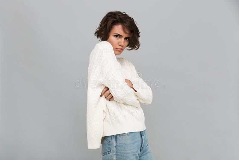 Портрет унылой девушки осадки в положении свитера стоковая фотография rf