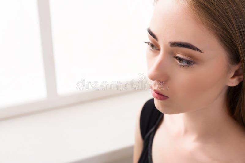 Портрет унылой маленькой девочки на белой предпосылке стоковые изображения