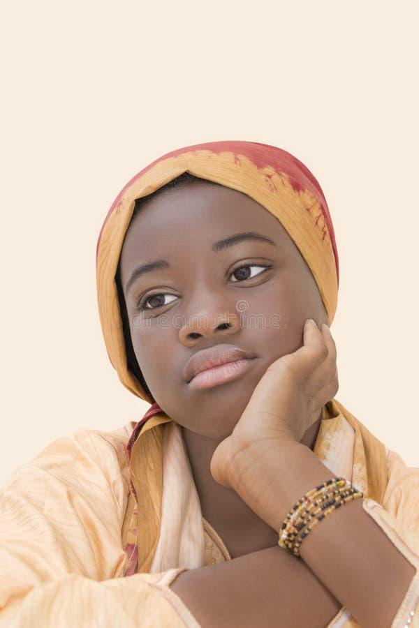 Портрет унылой девушки нося головной платок стоковые фото