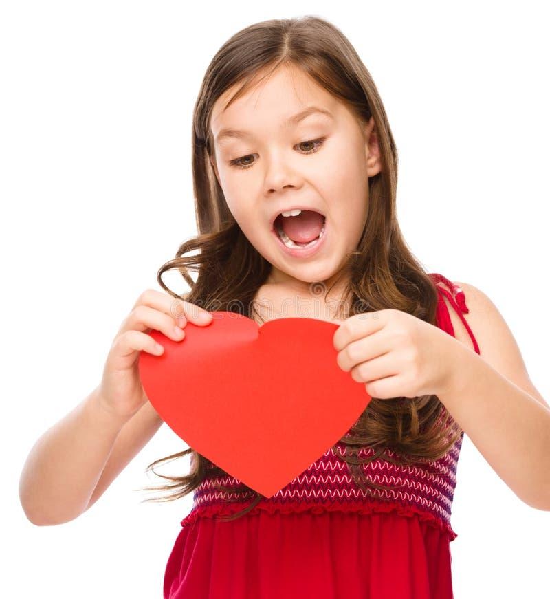 Портрет унылой маленькой девочки в красном цвете стоковое изображение rf