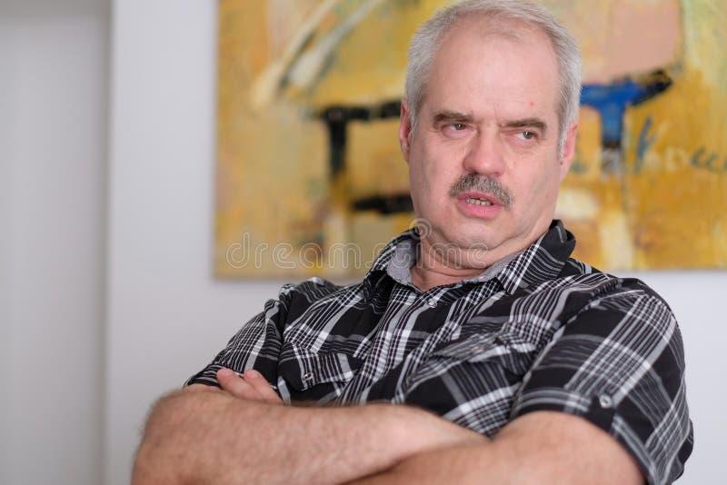 Портрет усаженного человека стоковая фотография rf