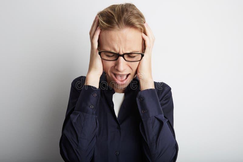 Портрет усиленной кричащей молодой женщины в корпоративном офисе Стресс стиля городской жизни связанный работой стоковое изображение