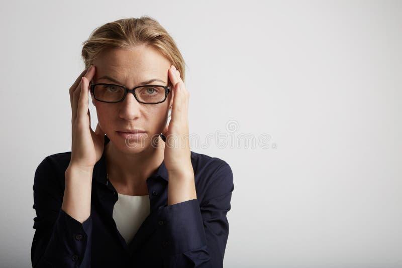 Портрет усиленной молодой женщины в корпоративном офисе Стресс стиля городской жизни связанный работой стоковое фото rf