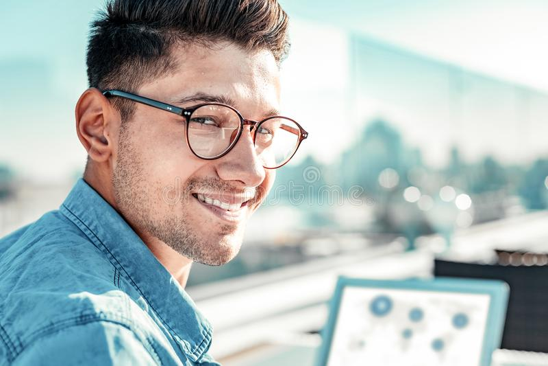 Портрет услаженного мужск человека тот представлять на камере стоковые фото