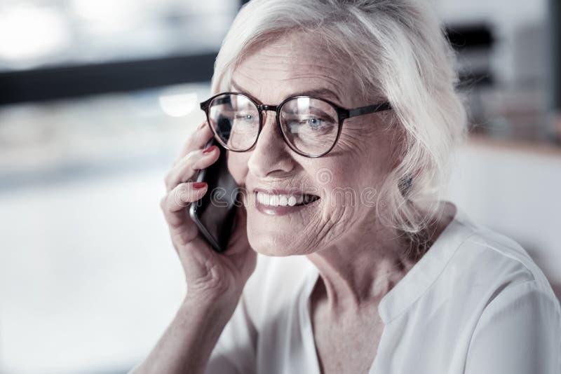 Портрет услаженной женщины тот говорить в телефон стоковые фото