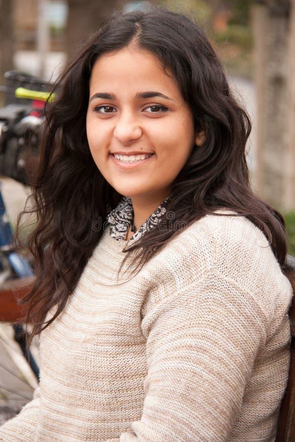 Портрет усмехаться девушки брюнет предназначенный для подростков стоковая фотография