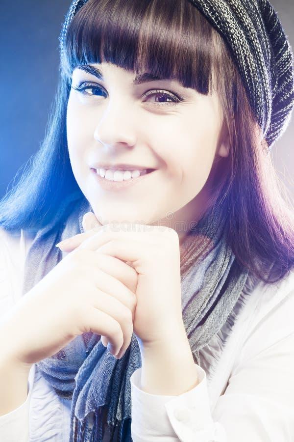 Портрет усмехаться и счастливая кавказская девушка в шляпе зимы длинной стоковое фото